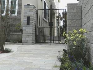 アイアン門扉と自然石