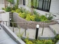 庭へとつづく階段と曲線の花壇