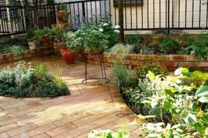 レンガ敷きのお庭