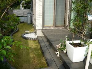ウッドデッキと芝生の庭