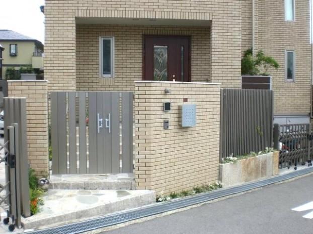 建物と調和した門まわり