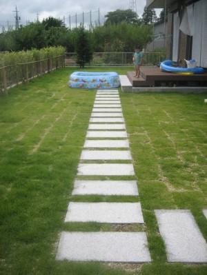 芝庭とデッキをつなぐ平板敷き