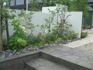 アプローチ脇の植栽