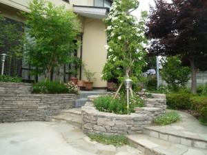石積みレンガの庭