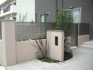 塀と植栽がやわらかな印象のアプローチ