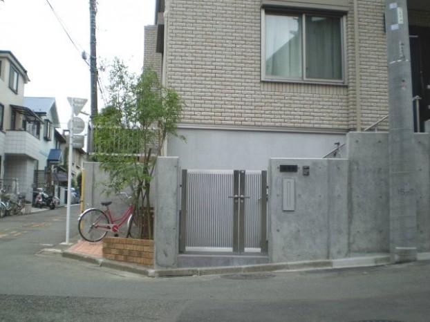 RC壁とステンレス門扉