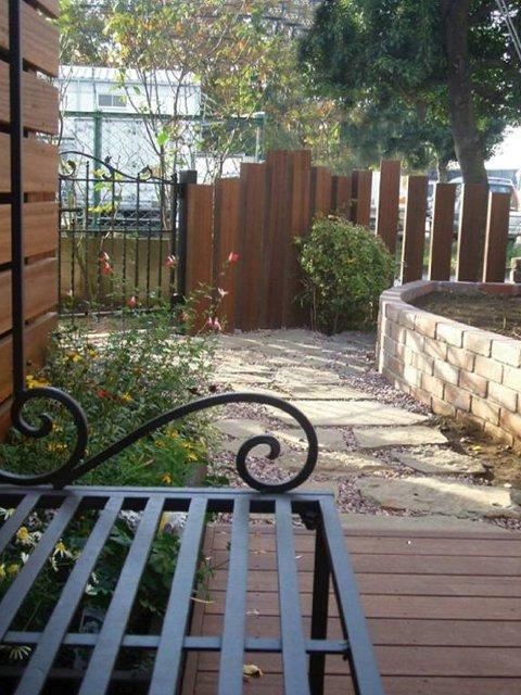 ベンチから庭を望む