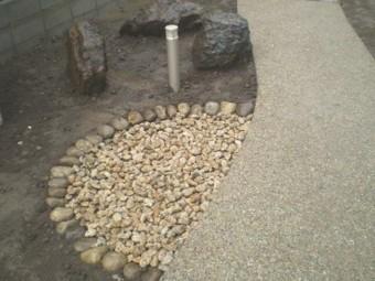 ゴロタ石で隠した排水マス